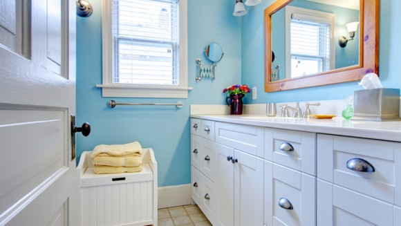 Baño Estilo Marinero:Blue and white bathroom with lots of storage space with open door